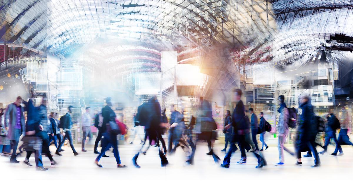 Ligne Nantes Bordeaux – Foule en mouvement dans un hall d egare