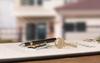 Logement étudiant à Nantes – Clés et stylo posés sur un contrat de loctaion