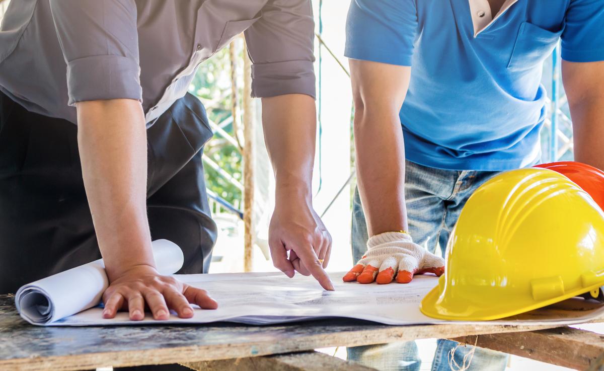 PTZ Nantes – Deux ouvriers discutant autour des plans de chantier