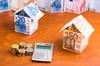 PTZ Nantes – Concept de crédit immobilier avec maisons en billets et calculatrice