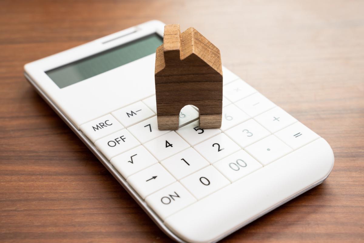 Loi 4D – Maison de bois sur une calculatrice, concept de calcul