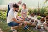 Projet Doulon Gohards - Homme et enfant jardinant ensemble